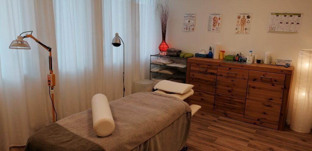Behandlungszimmer Naturheilpraxis im Rössli in Erlinsbach Akupunktur + Heilkräuter